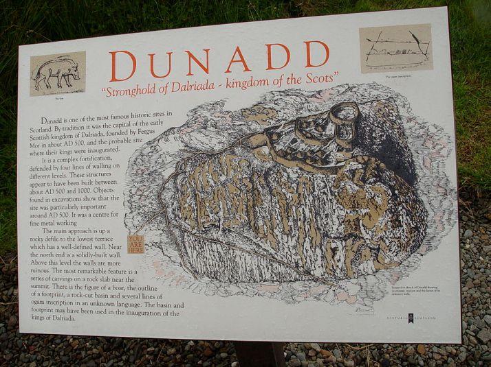 1024px-Dunadd-Hillfort-DescriptiveAndMap