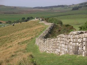 800px-Hadrian's_wall_at_Greenhead_Lough
