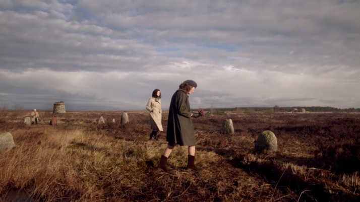 Claire walking through Culloden field while what sounds like Frank's voice narrates the event